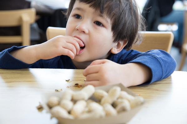 nutrition-boy-eating-peanuts